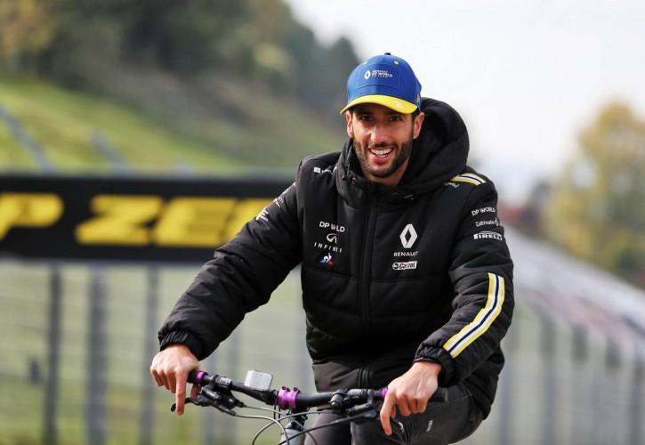 Daniel Ricciardo (AUS) Renault F1 Team rides the circuit.