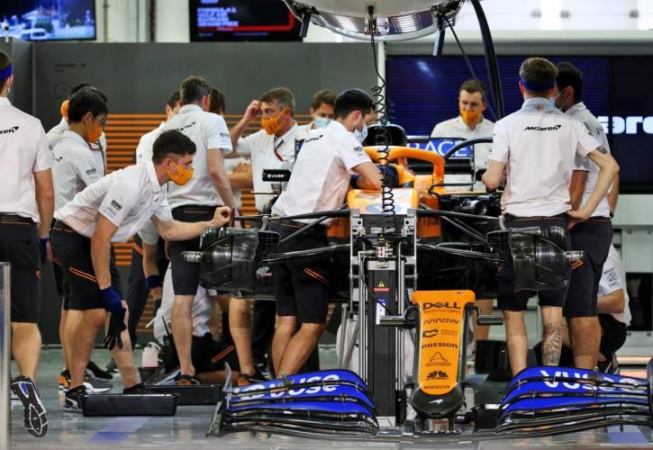 McLaren mechanics with the McLaren MCL35 of Carlos Sainz Jr (ESP) after qualifying. 28.11.2020. Formula 1 World Championship, Rd 15, Bahrain Grand Prix