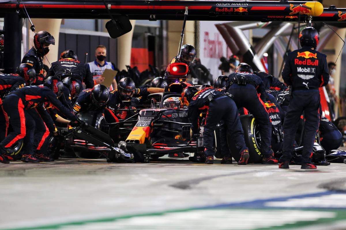 Max Verstappen (NLD) Red Bull Racing RB16 makes a pit stop. 29.11.2020. Formula 1 World Championship, Rd 15, Bahrain Grand Prix