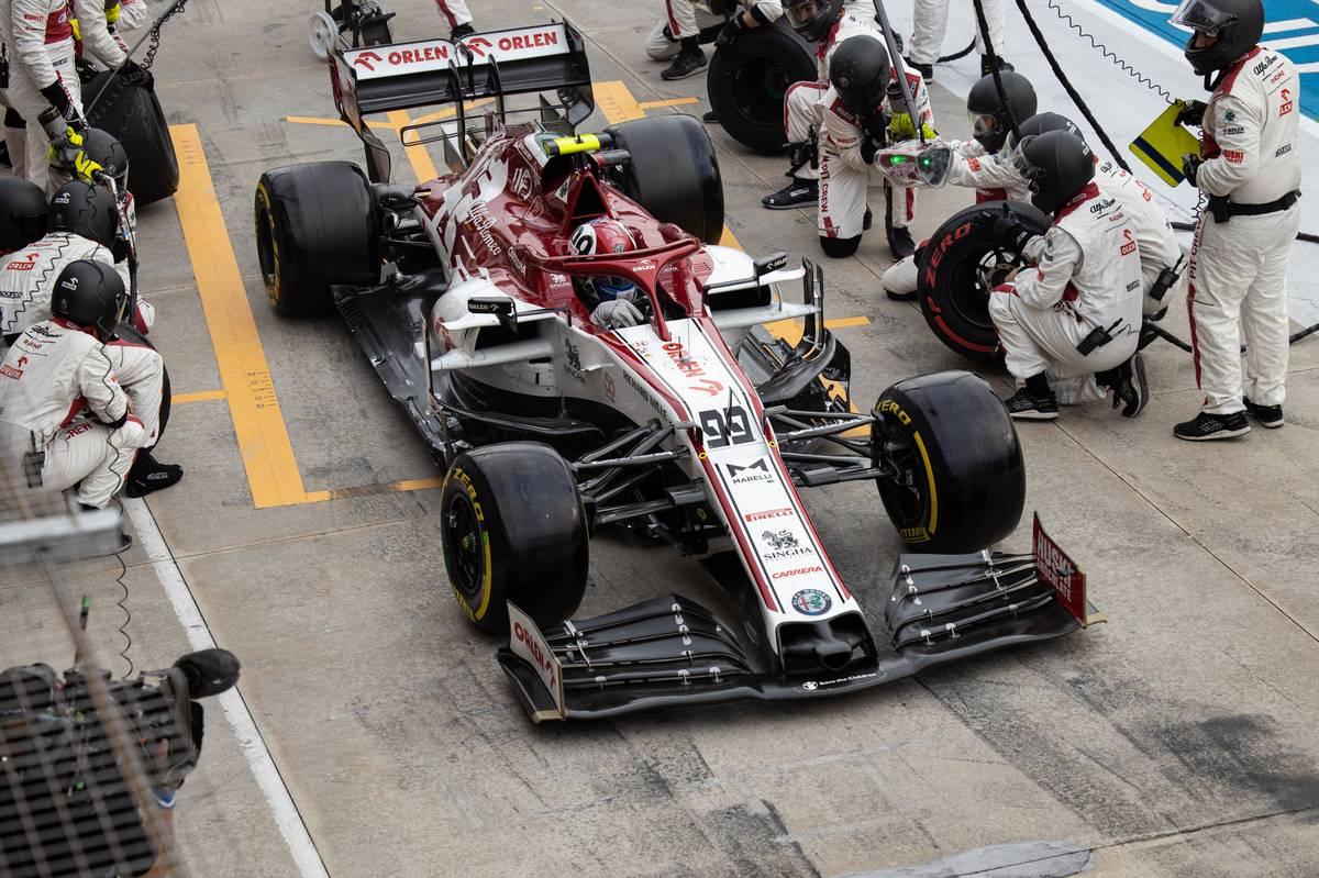 Antonio Giovinazzi (ITA) Alfa Romeo Racing C39 makes a pit stop.