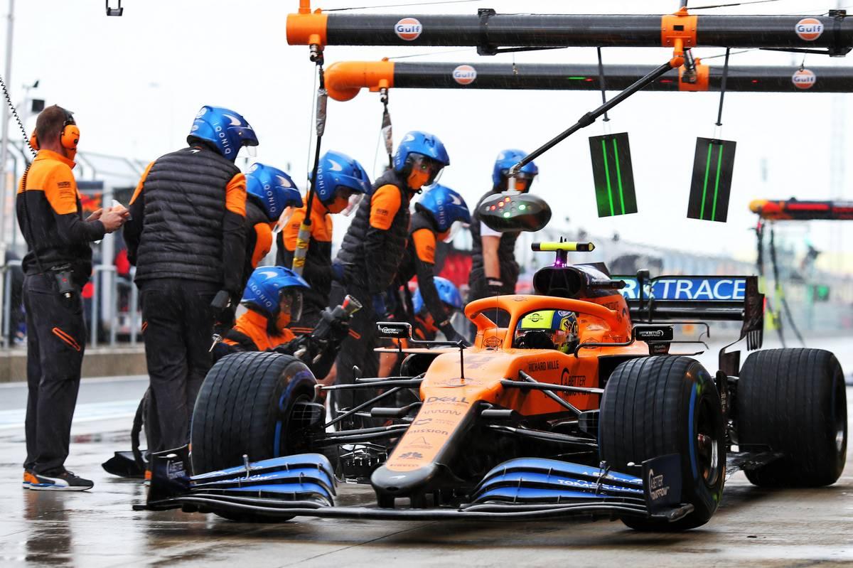 Lando Norris (GBR) McLaren MCL35 makes a pit stop.