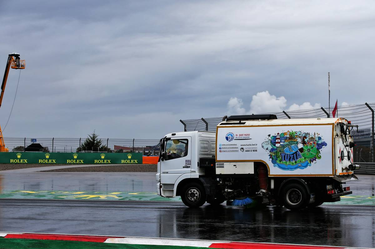 Circuit atmosphere - a track sweeper during qualifying.