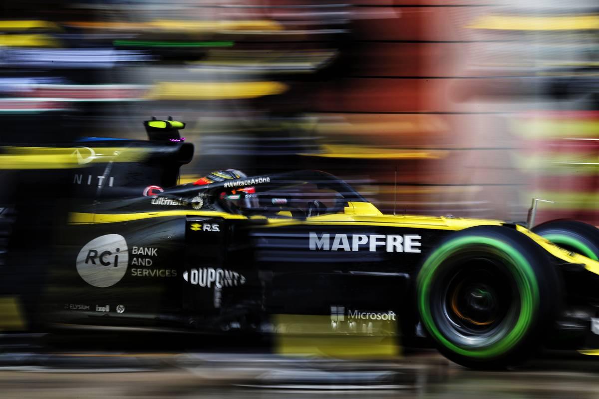 Esteban Ocon (FRA) Renault F1 Team RS20 makes a pit stop.