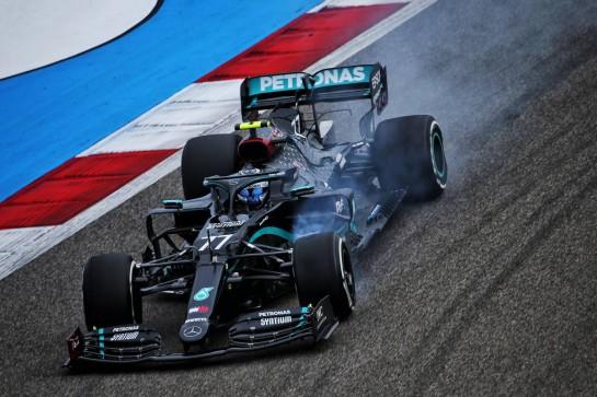 Valtteri Bottas (FIN) Mercedes AMG F1 W11 locks up under braking. 27.11.2020. Formula 1 World Championship, Rd 15, Bahrain Grand Prix, Sakhir, Bahrain, Practice Day - www.xpbimages.com, EMail: requests@xpbimages.com © Copyright: Batchelor / XPB Images