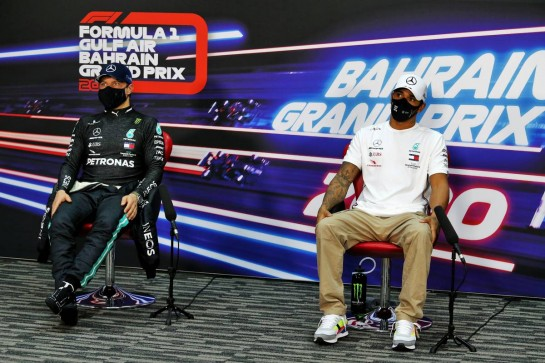 (L to R): Valtteri Bottas (FIN) Mercedes AMG F1 and Lewis Hamilton (GBR) Mercedes AMG F1 in the post qualifying FIA Press Conference. 28.11.2020. Formula 1 World Championship, Rd 15, Bahrain Grand Prix, Sakhir, Bahrain, Qualifying Day. - www.xpbimages.com, EMail: requests@xpbimages.com © Copyright: Moy / XPB Images