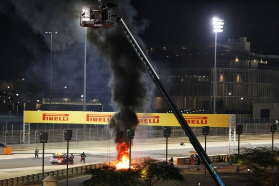 Marshals put out the fire of after Romain Grosjean (FRA) Haas F1 Team VF-20 crashed at the start of the race and exploded into flames. 29.11.2020. Formula 1 World Championship, Rd 15, Bahrain Grand Prix, Sakhir, Bahrain, Race Day. - www.xpbimages.com, EMail: requests@xpbimages.com © Copyright: Moy / XPB Images