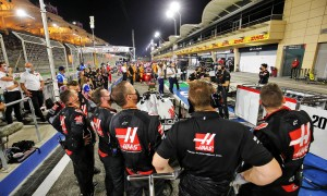 Haas F1 Team mechanics in the pits while the race is stopped watch a replay of the crash suffered by Romain Grosjean (FRA) Haas F1 Team at the start of the race. 29.11.2020. Formula 1 World Championship, Rd 15, Bahrain Grand Prix