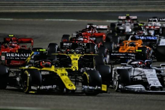 Daniel Ricciardo (AUS) Renault F1 Team RS20 at the restart of the race. 29.11.2020. Formula 1 World Championship, Rd 15, Bahrain Grand Prix, Sakhir, Bahrain, Race Day. - www.xpbimages.com, EMail: requests@xpbimages.com © Copyright: Moy / XPB Images
