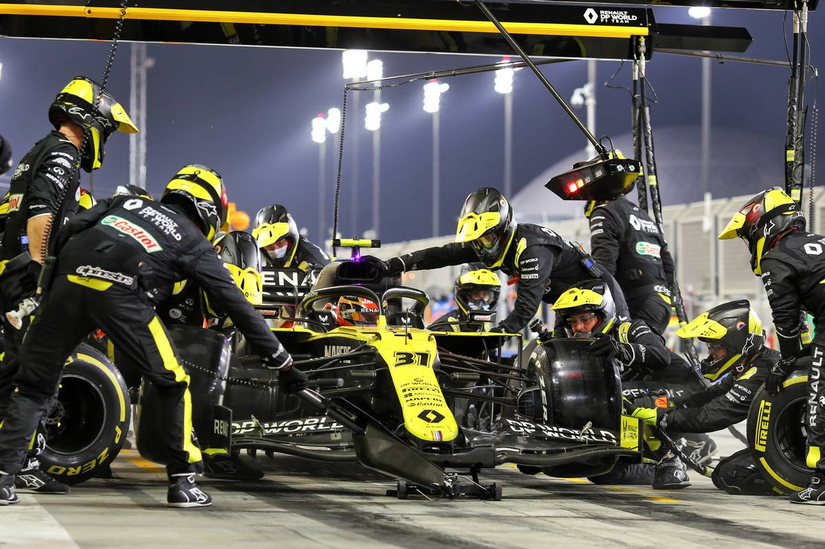 Esteban Ocon (FRA) Renault F1 Team RS20 makes a pit stop. 29.11.2020. Formula 1 World Championship, Rd 15, Bahrain Grand Prix