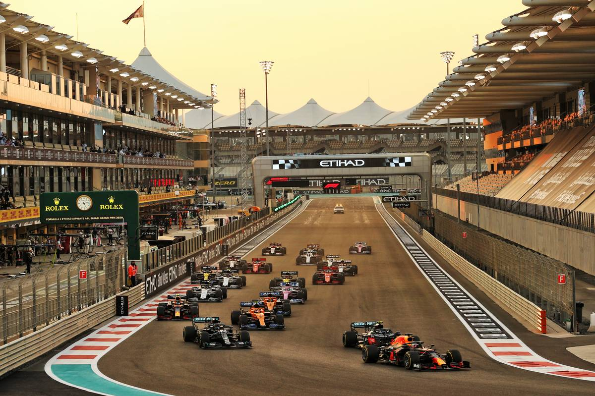 Max Verstappen (NLD) Red Bull Racing RB16 leads at the start of the race. 13.12.2020. Formula 1 World Championship, Rd 17, Abu Dhabi Grand Prix