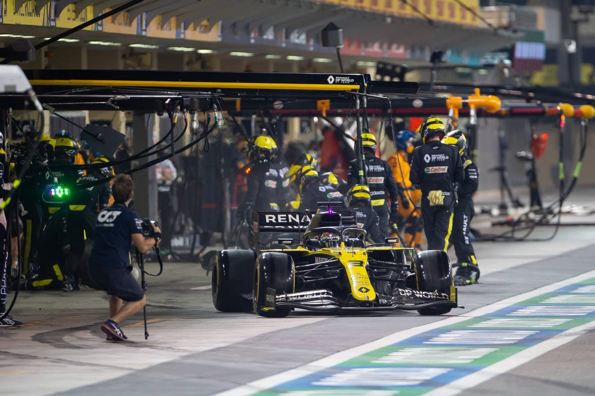 Daniel Ricciardo (AUS) Renault F1 Team RS20 makes a pit stop. 13.12.2020. Formula 1 World Championship, Rd 17, Abu Dhabi Grand Prix, Yas Marina Circuit