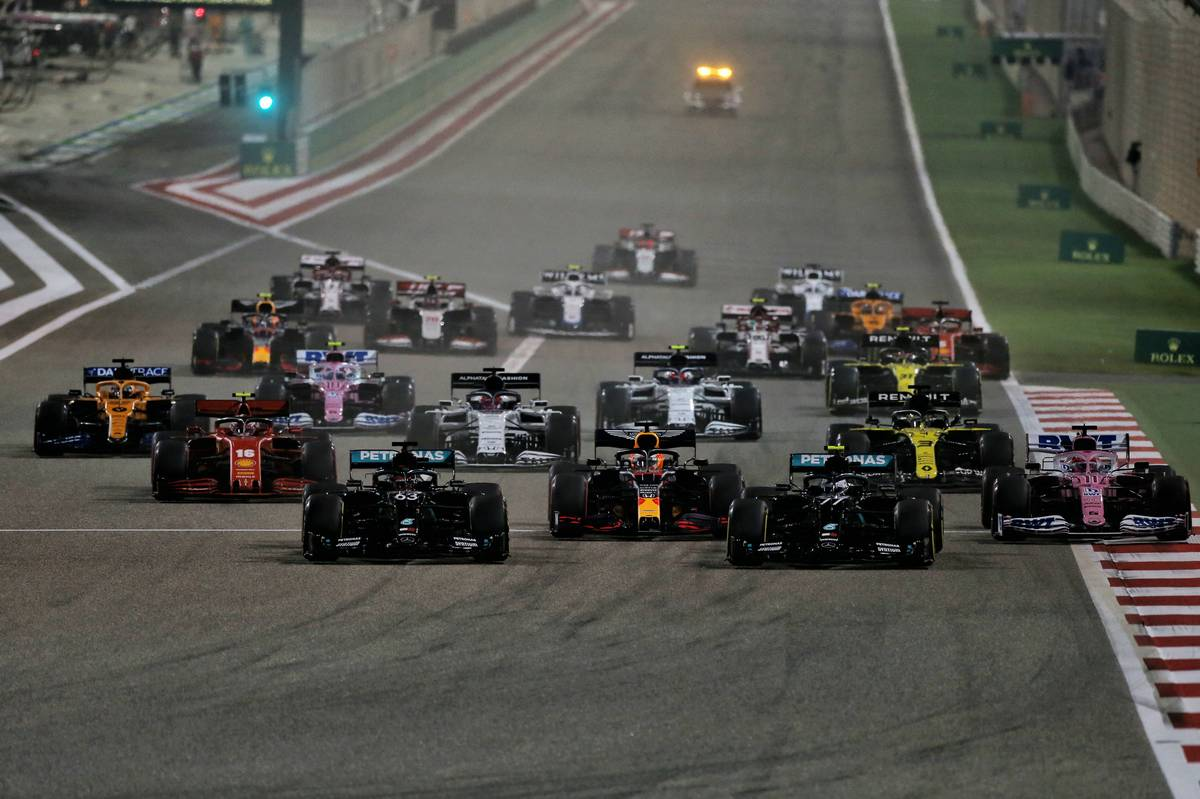 George Russell (GBR) Mercedes AMG F1 W11, Max Verstappen (NLD) Red Bull Racing RB16, Valtteri Bottas (FIN) Mercedes AMG F1 W11, and Sergio Perez (MEX) Racing Point F1 Team RP19 at the start of the race. 06.12.2020. Formula 1 World Championship, Rd 16, Sakhir Grand Prix