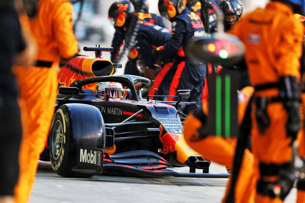 Max Verstappen (NLD) Red Bull Racing RB16 makes a pit stop. 13.12.2020. Formula 1 World Championship, Rd 17, Abu Dhabi Grand Prix