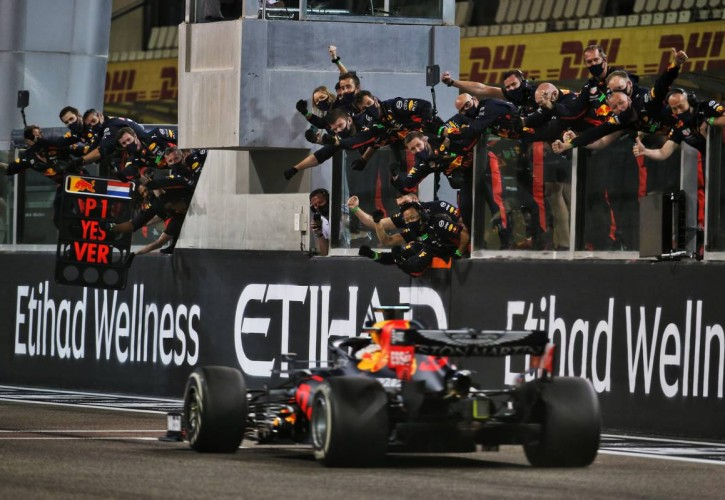Race winner Max Verstappen (NLD) Red Bull Racing RB16 celebrates as he passes his team at the end of the race. 13.12.2020. Formula 1 World Championship, Rd 17, Abu Dhabi Grand Prix