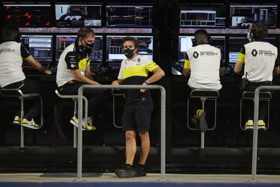 Fernando Alonso (ESP) Renault F1 Team with Alan Permane (GBR) Renault F1 Team Trackside Operations Director. 05.12.2020. Formula 1 World Championship, Rd 16, Sakhir Grand Prix, Sakhir, Bahrain, Qualifying Day. - www.xpbimages.com, EMail: requests@xpbimages.com © Copyright: Charniaux / XPB Images