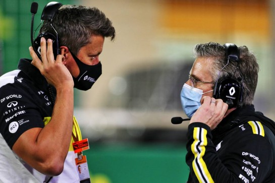 (L to R): Marcin Budkowski (POL) Renault F1 Team Executive Director with Pat Fry (GBR) Renault F1 Team Technical Director (Chassis) on the grid. 06.12.2020. Formula 1 World Championship, Rd 16, Sakhir Grand Prix, Sakhir, Bahrain, Race Day. - www.xpbimages.com, EMail: requests@xpbimages.com © Copyright: Moy / XPB Images
