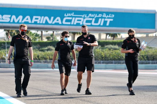 Pietro Fittipaldi (BRA) Haas F1 Team walks the circuit with the team. 10.12.2020. Formula 1 World Championship, Rd 17, Abu Dhabi Grand Prix, Yas Marina Circuit, Abu Dhabi, Preparation Day. - www.xpbimages.com, EMail: requests@xpbimages.com © Copyright: Moy / XPB Images