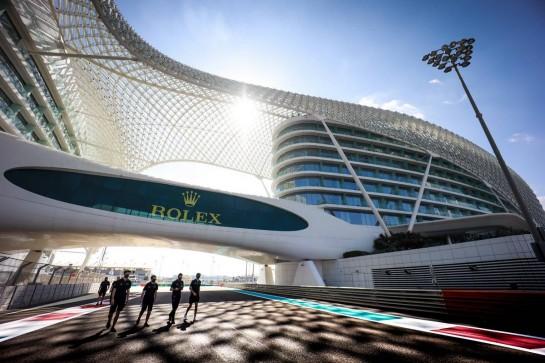 Nicholas Latifi (CDN) Williams Racing walks the circuit with the team. 10.12.2020. Formula 1 World Championship, Rd 17, Abu Dhabi Grand Prix, Yas Marina Circuit, Abu Dhabi, Preparation Day. - www.xpbimages.com, EMail: requests@xpbimages.com © Copyright: Bearne / XPB Images