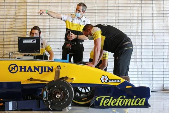 The 2005 Renault R25 of Fernando Alonso (ESP) Renault F1 Team. 10.12.2020. Formula 1 World Championship, Rd 17, Abu Dhabi Grand Prix, Yas Marina Circuit, Abu Dhabi, Preparation Day. - www.xpbimages.com, EMail: requests@xpbimages.com © Copyright: Charniaux / XPB Images