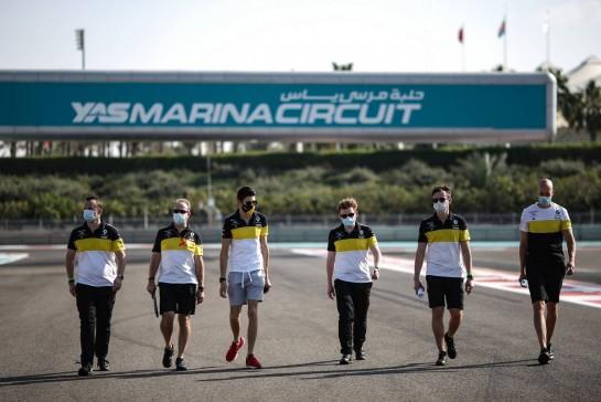 Esteban Ocon (FRA) Renault F1 Team walks the circuit with the team. 10.12.2020. Formula 1 World Championship, Rd 17, Abu Dhabi Grand Prix, Yas Marina Circuit, Abu Dhabi, Preparation Day. - www.xpbimages.com, EMail: requests@xpbimages.com © Copyright: Charniaux / XPB Images