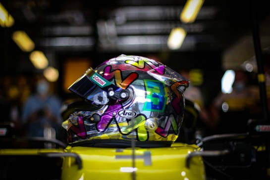 The helmet of Daniel Ricciardo (AUS) Renault F1 Team RS20. 11.12.2020. Formula 1 World Championship, Rd 17, Abu Dhabi Grand Prix, Yas Marina Circuit, Abu Dhabi, Practice Day. - www.xpbimages.com, EMail: requests@xpbimages.com © Copyright: Charniaux / XPB Images