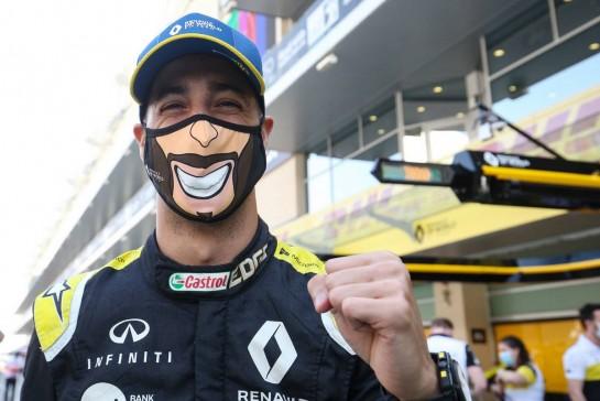 Daniel Ricciardo (AUS) Renault F1 Team at a team photograph. 13.12.2020. Formula 1 World Championship, Rd 17, Abu Dhabi Grand Prix, Yas Marina Circuit, Abu Dhabi, Race Day. - www.xpbimages.com, EMail: requests@xpbimages.com © Copyright: Charniaux / XPB Images