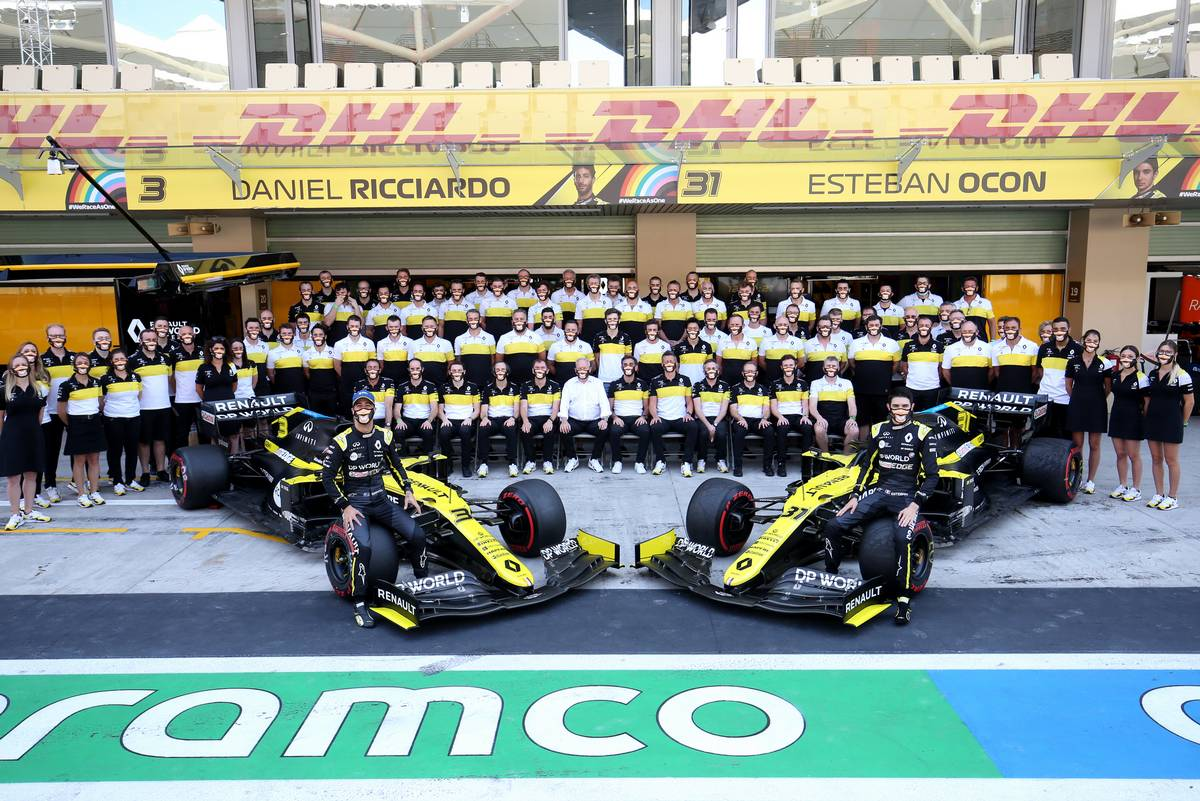 Daniel Ricciardo (AUS) Renault F1 Team and team mate Esteban Ocon (FRA) Renault F1 Team at a team photograph. 13.12.2020. Formula 1 World Championship, Rd 17, Abu Dhabi Grand Prix