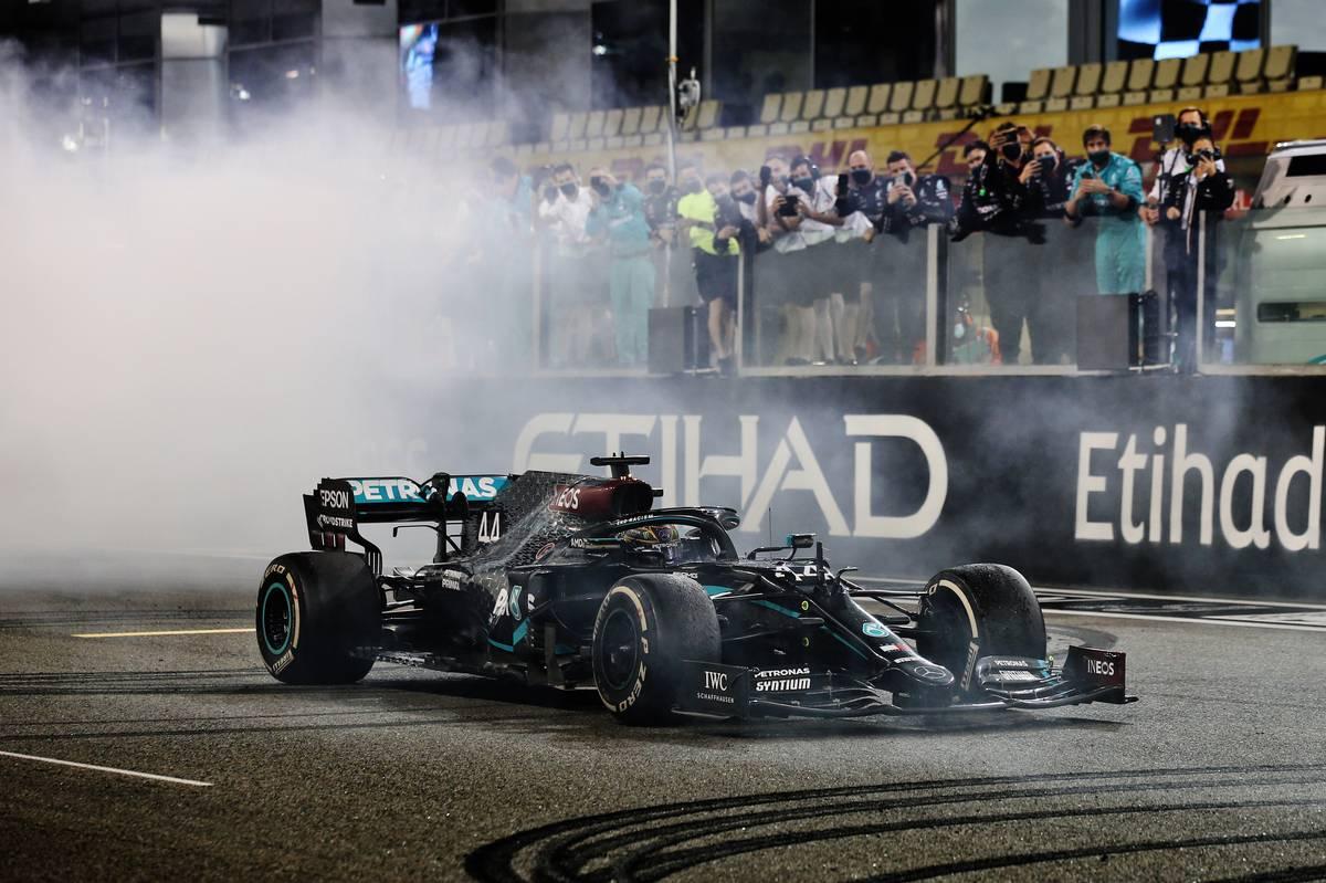 Lewis Hamilton (GBR) Mercedes AMG F1 W11 - doughnuts at the end of the race. 13.12.2020. Formula 1 World Championship, Rd 17, Abu Dhabi Grand Prix