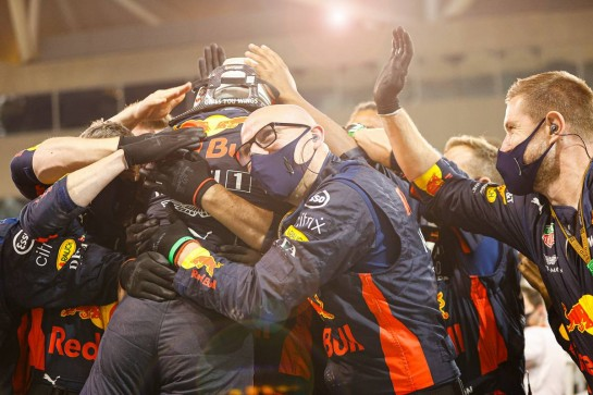 Race winner Max Verstappen (NLD) Red Bull Racing celebrates with the team in parc ferme. 13.12.2020. Formula 1 World Championship, Rd 17, Abu Dhabi Grand Prix, Yas Marina Circuit, Abu Dhabi, Race Day. - www.xpbimages.com, EMail: requests@xpbimages.com © Copyright: FIA Pool Image for Editorial Use Only