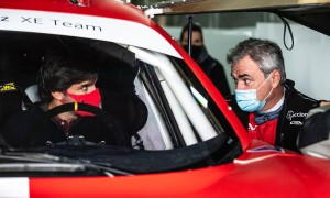 Sainz checks out Dad's new Extreme E charger