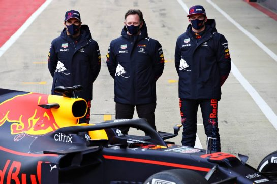 NORTHAMPTON, ENGLAND - FEBRUARY 24: Sergio Perez of Mexico and Red Bull Racing, Max Verstappen of Netherlands and Red Bull Racing and Red Bull Racing Team Principal Christian Horner pose for a photo with the RB15 during the Red Bull Racing Filming Day at Silverstone on February 24, 2021 in Northampton, England. (Photo by Mark Thompson/Getty Images for Red Bull Racing) // Getty Images / Red Bull Content Pool  // SI202102240204 // Usage for editorial use only //