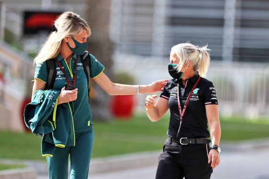 (L to R): Britta Roeske (AUT) Aston Martin F1 Team Public Relations Manager with Angela Cullen (NZL) Mercedes AMG F1 Physiotherapist. 12.03.2021. Formula 1 Testing, Sakhir, Bahrain, Day One. - www.xpbimages.com, EMail: requests@xpbimages.com © Copyright: Moy / XPB Images
