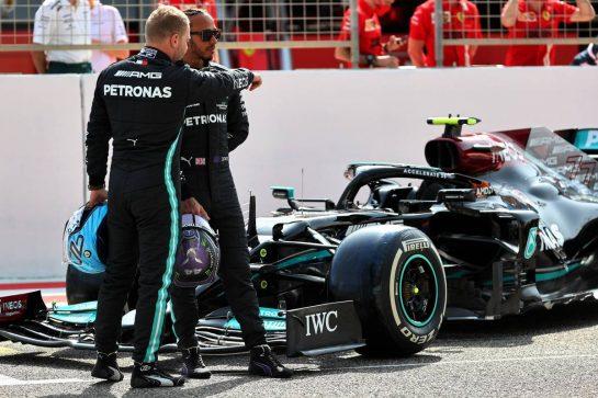 (L to R): Valtteri Bottas (FIN) Mercedes AMG F1 W12 with Lewis Hamilton (GBR) Mercedes AMG F1. 12.03.2021. Formula 1 Testing, Sakhir, Bahrain, Day One. - www.xpbimages.com, EMail: requests@xpbimages.com © Copyright: Batchelor / XPB Images
