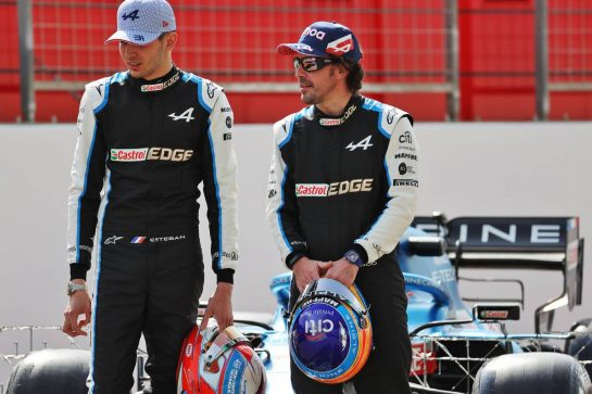 (L to R): Esteban Ocon (FRA) Alpine F1 Team with Fernando Alonso (ESP) Alpine F1 Team. 12.03.2021. Formula 1 Testing, Sakhir, Bahrain, Day One. - www.xpbimages.com, EMail: requests@xpbimages.com © Copyright: Batchelor / XPB Images