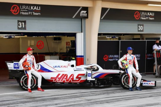 (L to R): Nikita Mazepin (RUS) Haas F1 Team and Mick Schumacher (GER) Haas F1 Team with the Haas VF-21. 12.03.2021. Formula 1 Testing, Sakhir, Bahrain, Day One. - www.xpbimages.com, EMail: requests@xpbimages.com © Copyright: Bearne / XPB Images