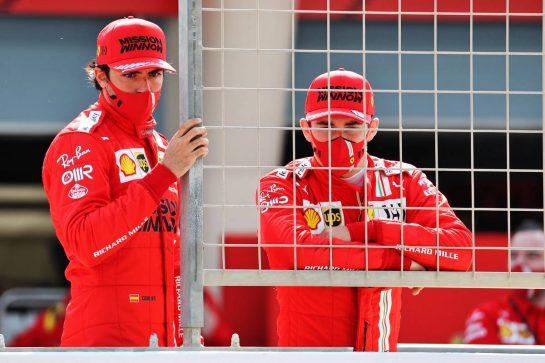 (L to R): Carlos Sainz Jr (ESP) Ferrari and Charles Leclerc (MON) Ferrari. 12.03.2021. Formula 1 Testing, Sakhir, Bahrain, Day One. - www.xpbimages.com, EMail: requests@xpbimages.com © Copyright: Batchelor / XPB Images