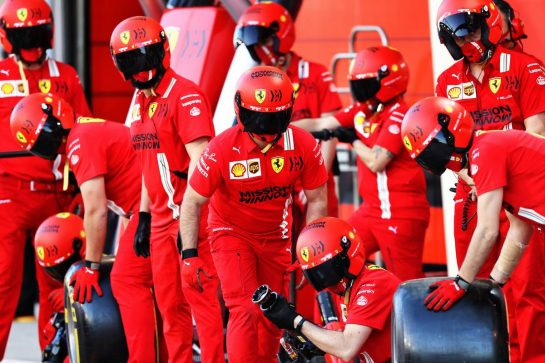 Ferrari mechanics practice a pit stop. 14.03.2021. Formula 1 Testing, Sakhir, Bahrain, Day Three. - www.xpbimages.com, EMail: requests@xpbimages.com © Copyright: Moy / XPB Images