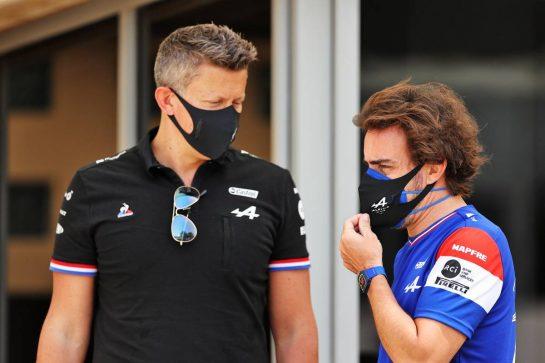 (L to R): Marcin Budkowski (POL) Alpine F1 Team Executive Director with Fernando Alonso (ESP) Alpine F1 Team. 25.03.2021. Formula 1 World Championship, Rd 1, Bahrain Grand Prix, Sakhir, Bahrain, Preparation Day. - www.xpbimages.com, EMail: requests@xpbimages.com © Copyright: Moy / XPB Images