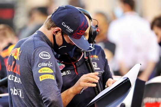 Max Verstappen (NLD) Red Bull Racing with Gianpiero Lambiase (ITA) Red Bull Racing Engineer on the grid. 28.03.2021. Formula 1 World Championship, Rd 1, Bahrain Grand Prix, Sakhir, Bahrain, Race Day. - www.xpbimages.com, EMail: requests@xpbimages.com © Copyright: Batchelor / XPB Images