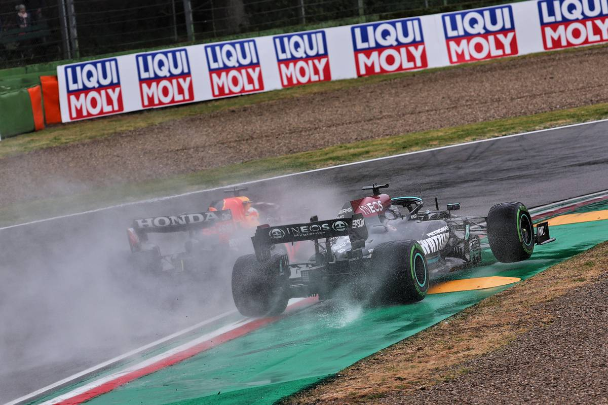 Lewis Hamilton (GBR) Mercedes AMG F1 W12 and Max Verstappen (NLD) Red Bull Racing RB16B battle for the lead at the start of the race. 18.04.2021. Formula 1 World Championship, Rd 2, Emilia Romagna Grand Prix, Imola