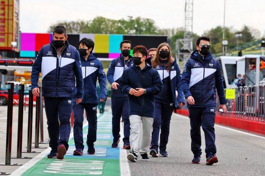 Yuki Tsunoda (JPN) AlphaTauri AT02 walks the circuit with the team. 15.04.2021. Formula 1 World Championship, Rd 2, Emilia Romagna Grand Prix, Imola, Italy, Preparation Day. - www.xpbimages.com, EMail: requests@xpbimages.com © Copyright: Moy / XPB Images