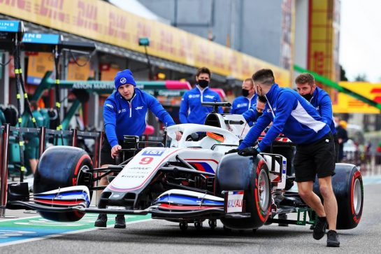 Haas VF-21 pushed down the pit lane by mechanics. 15.04.2021. Formula 1 World Championship, Rd 2, Emilia Romagna Grand Prix, Imola, Italy, Preparation Day. - www.xpbimages.com, EMail: requests@xpbimages.com © Copyright: Moy / XPB Images