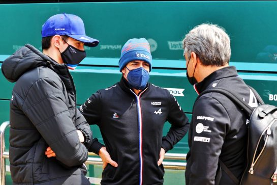 (L to R): Esteban Ocon (FRA) Alpine F1 Team with Fernando Alonso (ESP) Alpine F1 Team and Luca de Meo (ITA) Groupe Renault Chief Executive Officer. 17.04.2021. Formula 1 World Championship, Rd 2, Emilia Romagna Grand Prix, Imola, Italy, Qualifying Day. - www.xpbimages.com, EMail: requests@xpbimages.com © Copyright: Moy / XPB Images