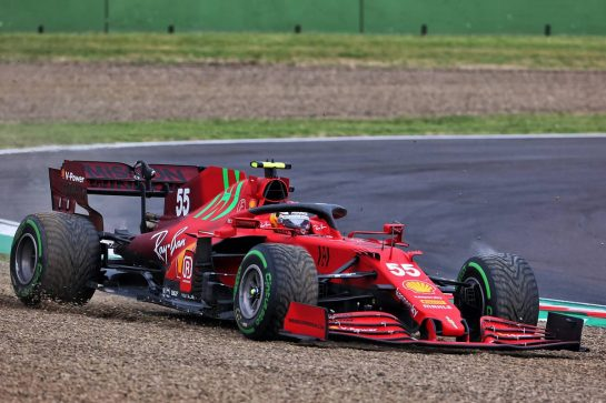 Carlos Sainz Jr (ESP) Ferrari SF-21 runs wide. 18.04.2021. Formula 1 World Championship, Rd 2, Emilia Romagna Grand Prix, Imola, Italy, Race Day. - www.xpbimages.com, EMail: requests@xpbimages.com © Copyright: Charniaux / XPB Images