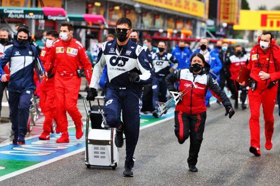 Mechanics leave the grid. 18.04.2021. Formula 1 World Championship, Rd 2, Emilia Romagna Grand Prix, Imola, Italy, Race Day. - www.xpbimages.com, EMail: requests@xpbimages.com © Copyright: Moy / XPB Images