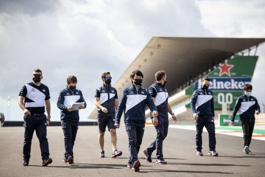 Yuki Tsunoda (JPN) AlphaTauri walks the circuit with the team.