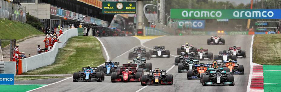 Max Verstappen (NLD) Red Bull Racing RB16B passes Lewis Hamilton (GBR) Mercedes AMG F1 W12 at the start of the race. 09.05.2021. Formula 1 World Championship, Rd 4, Spanish Grand Prix, Barcelona