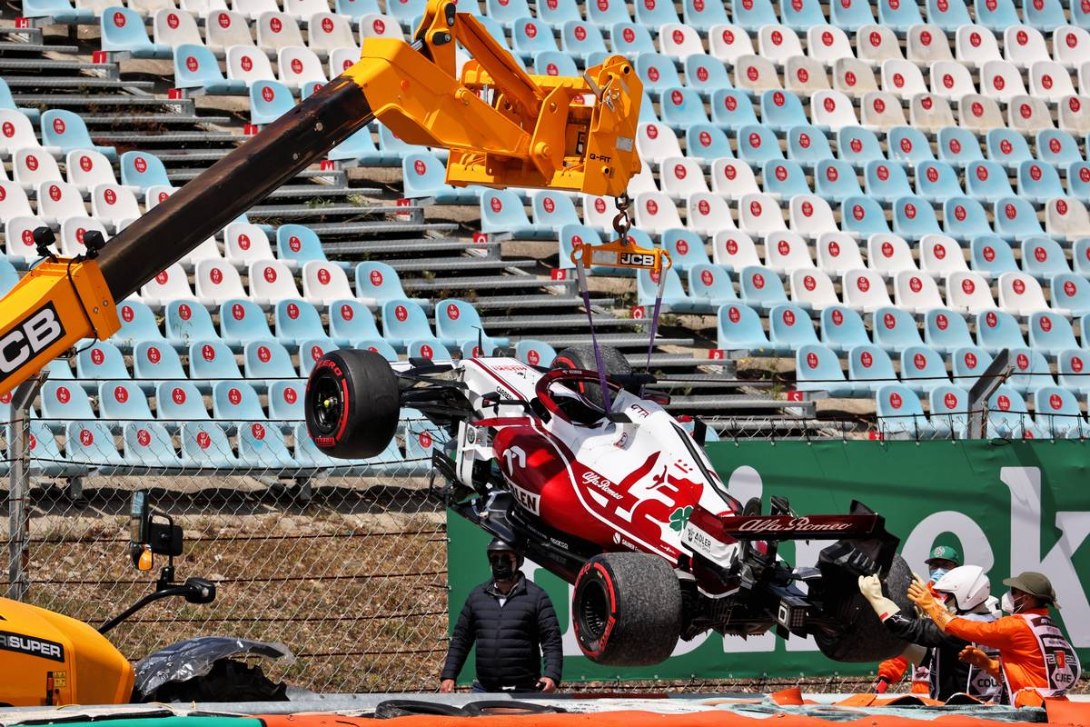 Kimi Raikkonen (FIN) Alfa Romeo Racing C41 retired from the race with a broken front wing. 02.05.2021. Formula 1 World Championship, Rd 3, Portuguese Grand Prix, Portimao