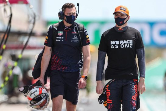 Max Verstappen (NLD) Red Bull Racing on the grid with Bradley Scanes (GBR) Red Bull Racing Physio and Performance Coach. 02.05.2021. Formula 1 World Championship, Rd 3, Portuguese Grand Prix, Portimao, Portugal, Race Day. - www.xpbimages.com, EMail: requests@xpbimages.com © Copyright: Charniaux / XPB Images