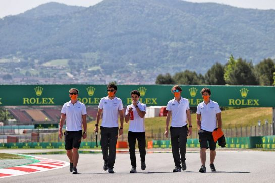 Lando Norris (GBR) McLaren walks the circuit with the team. 06.05.2021. Formula 1 World Championship, Rd 4, Spanish Grand Prix, Barcelona, Spain, Preparation Day. - www.xpbimages.com, EMail: requests@xpbimages.com © Copyright: Moy / XPB Images